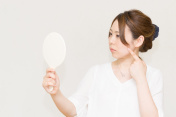 Women who look in the mirror (beauty image)