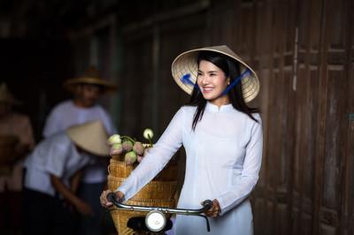 越南在 Ao Dai 越南传统服饰的美女