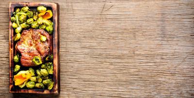 烤肉烧烤牛排与芽甘蓝