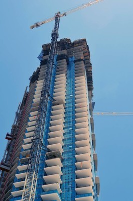位于佛罗里达州迈阿密的豪华公寓摩天大楼正在建设中