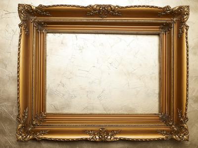 黄金墙上的旧图片框架。