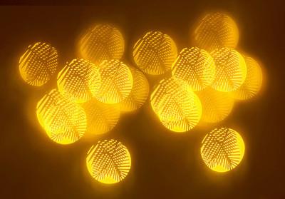 暗背景下的几何元素图案的美丽金色散景