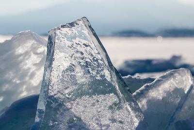 干净的冰在阳光下