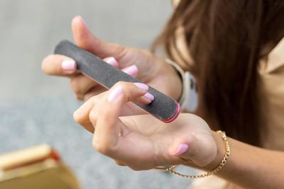 女人照顾的她在大街上的指甲