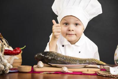 滑稽的男孩厨师