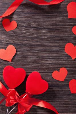 爱心木制的桌子上