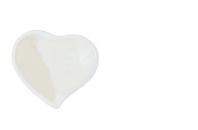 白色背景的心形杯