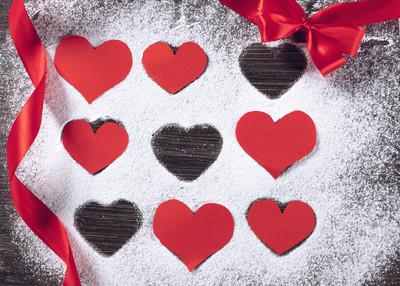 爱的心形状纸和粉糖背景