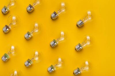 具有灯泡的抽象创意背景