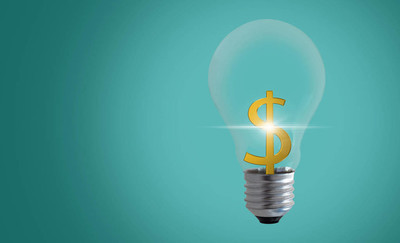创意与金钱概念, 商业创意与创新, 绿色背景灯泡