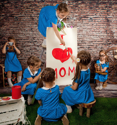 "Girls twin poster paint with a big heart ""I love mom"""