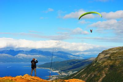 男人看的挪威风筝海报背景图片