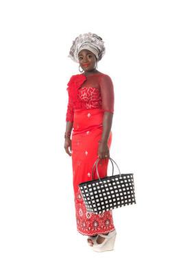 非洲妇女传统服饰与手提袋。分离