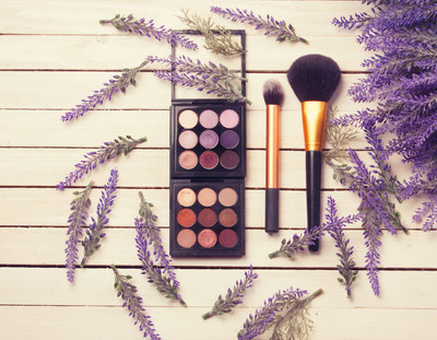 明亮的化妆品与花