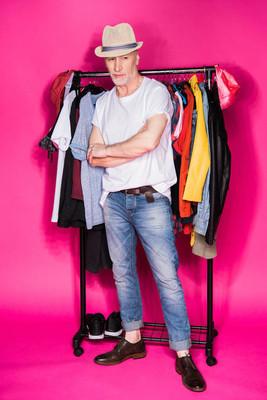 老人与不同衣服晾在衣架上