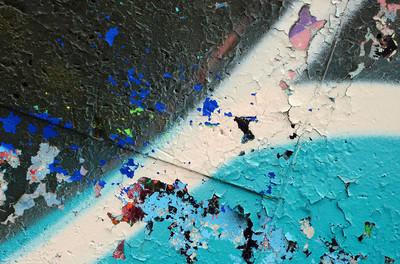 街头艺术。彩色涂鸦画片断的背景图片在蓝色口气