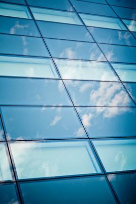 在摩天大楼的纹理的玻璃上的几点思考