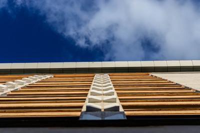 办公大楼在蔚蓝的天空