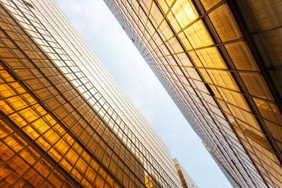 在城市的摩天大楼的现代玻璃 silhouettes