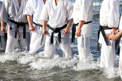 日本武术训练在新的一年的冬至在海滩