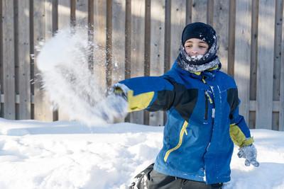 儿童男孩玩雪、 投掷雪球