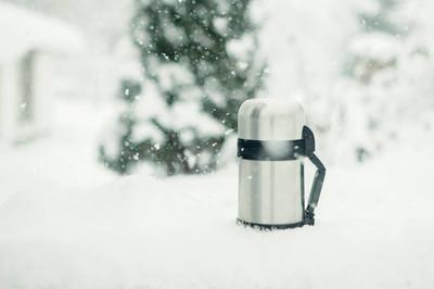 在大雪中热水瓶