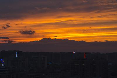 成都19年第一次火烧云,远处的山是成都第一峰大雪塘。
