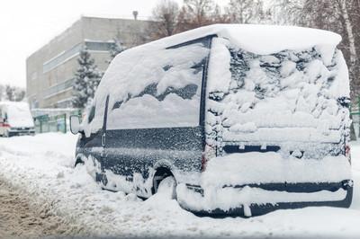 在一条覆盖着大雪层的街道上的面包车