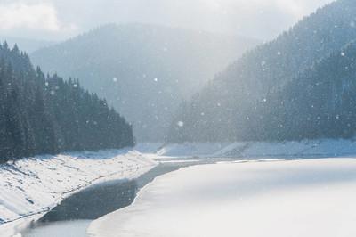 山中的冰冻湖泊。大雪
