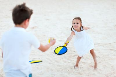孩子们玩沙滩网球