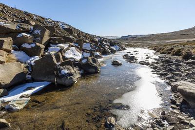 小雪和冰封的河流