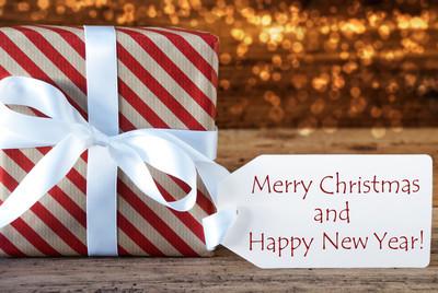 大气礼物与标签、 圣诞快乐和新年快乐