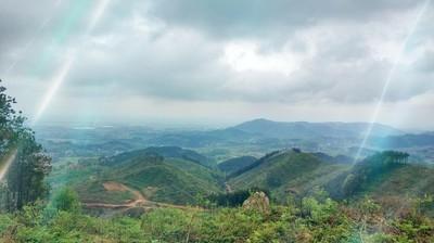 清明节做清明,爬上家乡最高山 会当凌绝顶,一览众山小