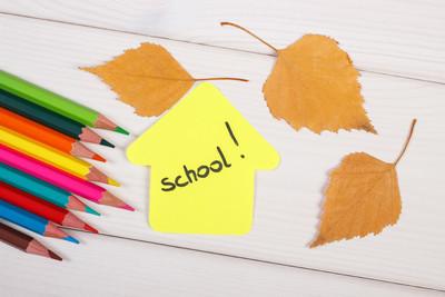 蜡笔,建筑与词学校和秋分的形状在白板上留下