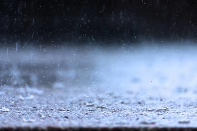 雨落在地上的雨季