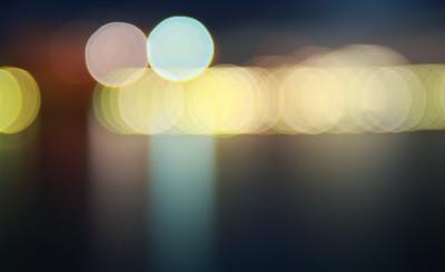 夜晚城市的灯光。模糊的夜晚城市的灯光颜色