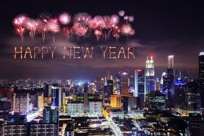 新年快乐烟花与新加坡城市夜景