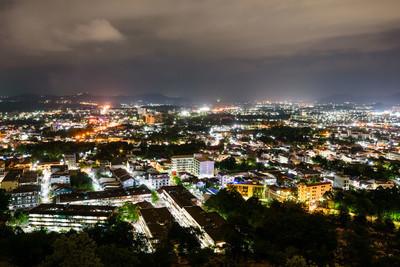 高角度普吉岛省在晚上