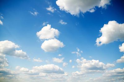 夏时制的天空和洁白的云朵