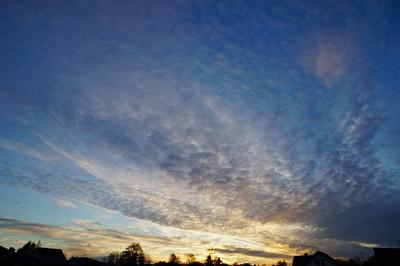 日出的天空背景。性质组成