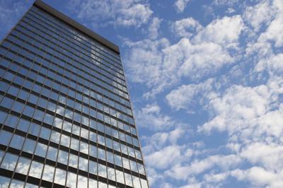 天空和云倒映在摩天大楼