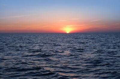 蓝色的大海海洋红天空的美丽日落日出