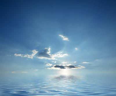 平静的海洋水蓝色多云的天空日出