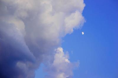 清除蓝蓝的天空云朵和月亮