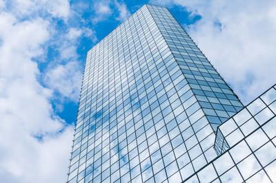 在摩天大楼漂浮的云