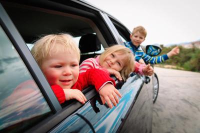快乐的孩子们乘车旅行在路上的自然