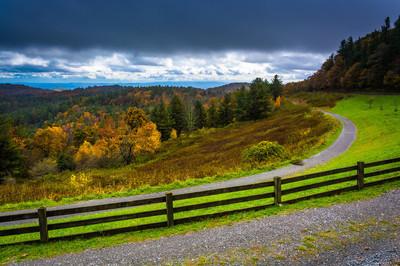 从 Blue Ridge 大道,工艺中心的秋天景色也不
