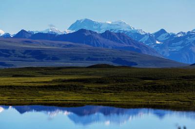 风景如画的群山之中阿拉斯加