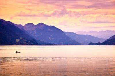皮划艇在湖中