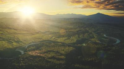 日出时的山谷
